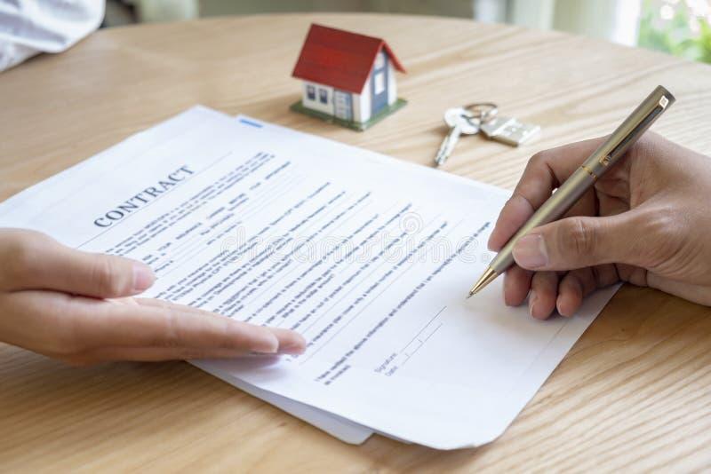 Agente immobiliare con il cliente dopo la firma di contratto della casa d'acquisto fotografie stock libere da diritti