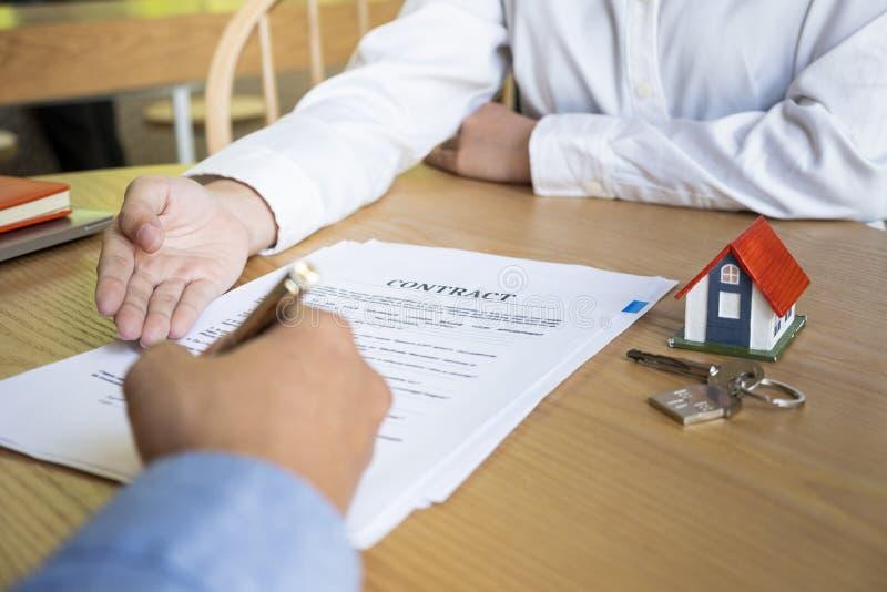Agente immobiliare con il cliente dopo la firma di contratto della casa d'acquisto immagine stock