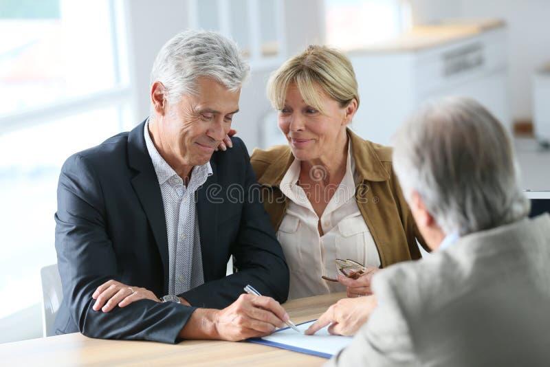 Agente immobiliare senior di riunione delle coppie immagine stock libera da diritti