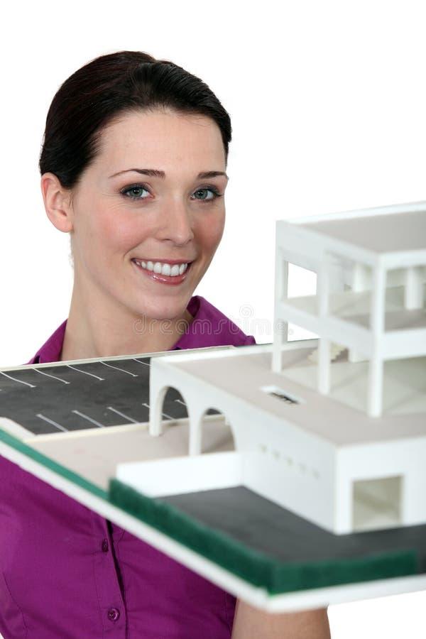 Agente imobiliário com modelo fotografia de stock