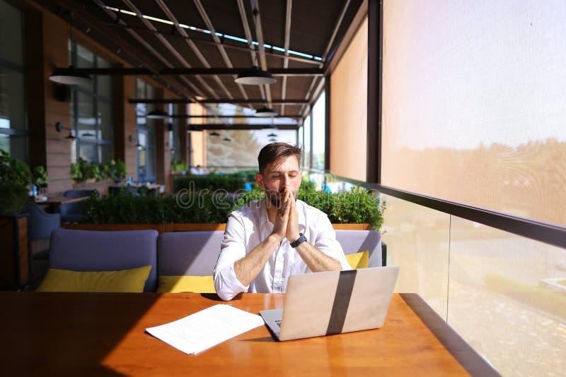Agente inmobiliario caucásico que trabaja con el ordenador portátil y que charla con el cliente o fotos de archivo