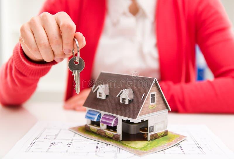 Agente inmobiliario con clave fotografía de archivo libre de regalías