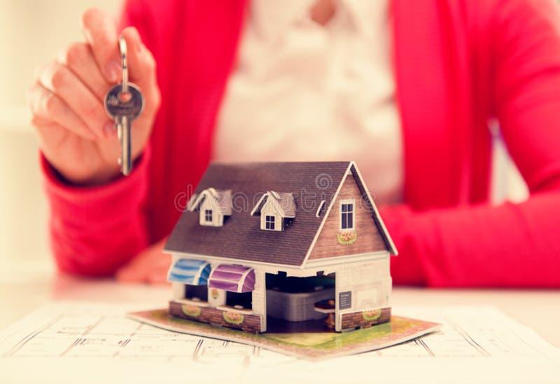 Agente inmobiliario con clave fotos de archivo libres de regalías