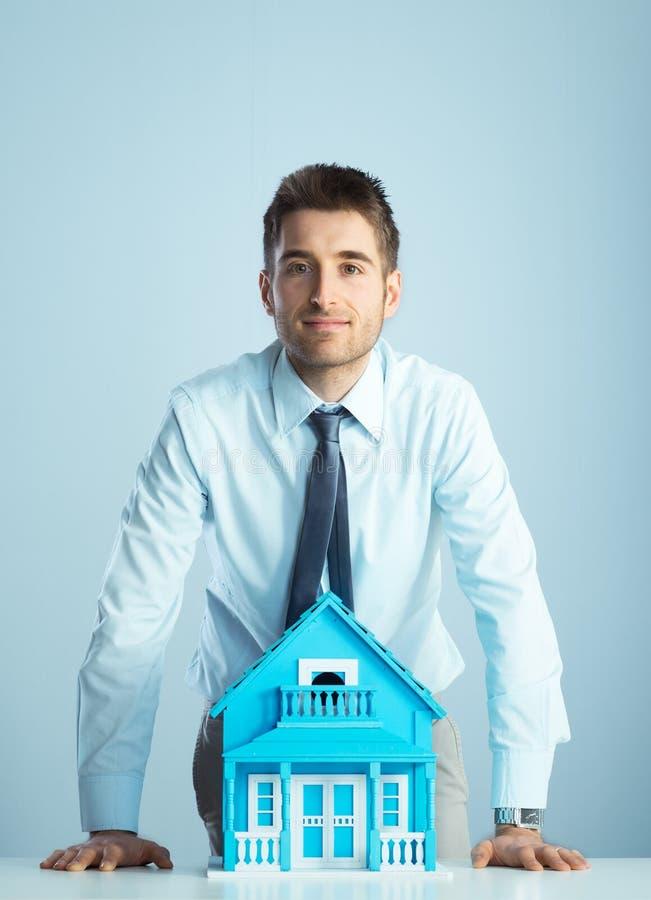 Agente inmobiliario con la casa modelo imagen de archivo libre de regalías