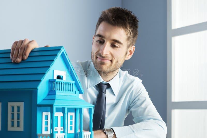 Agente inmobiliario con la casa modelo fotos de archivo libres de regalías