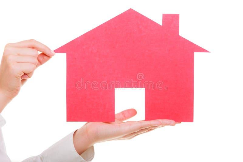Agente inmobiliario de la mujer de negocios que sostiene la casa de papel roja fotos de archivo libres de regalías