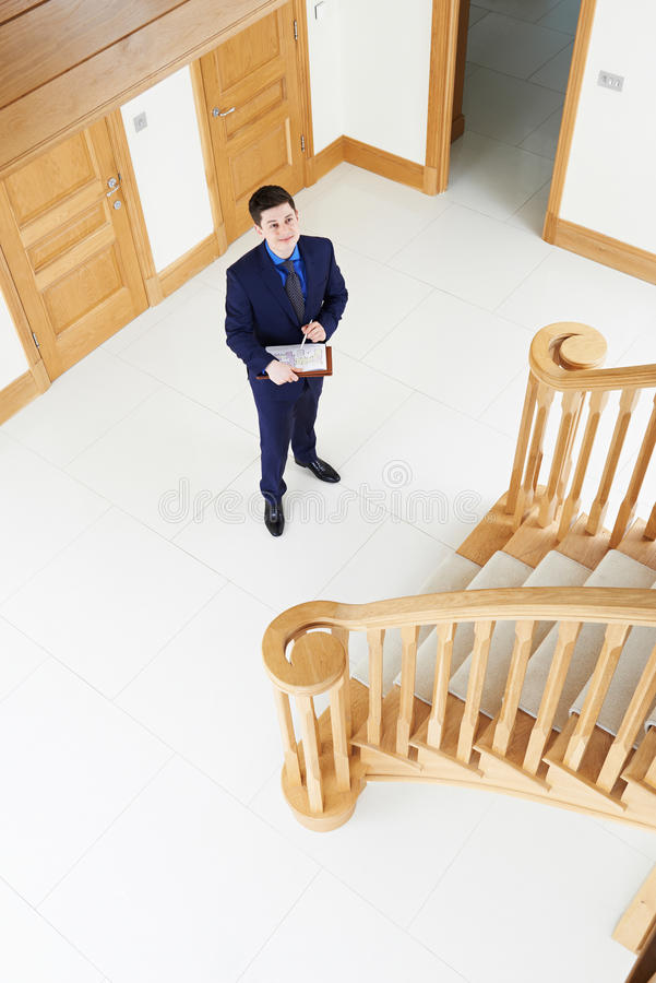 Agente inmobiliario masculino que mira alrededor de nueva propiedad vacante fotografía de archivo