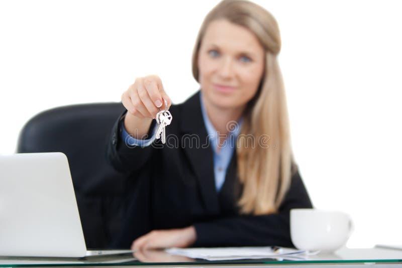 Agente inmobiliario que da llaves imagenes de archivo