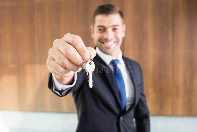 Agente inmobiliario que da llaves imagen de archivo libre de regalías