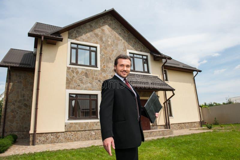 Agente inmobiliario sonriente listo para vender la casa imagen de archivo