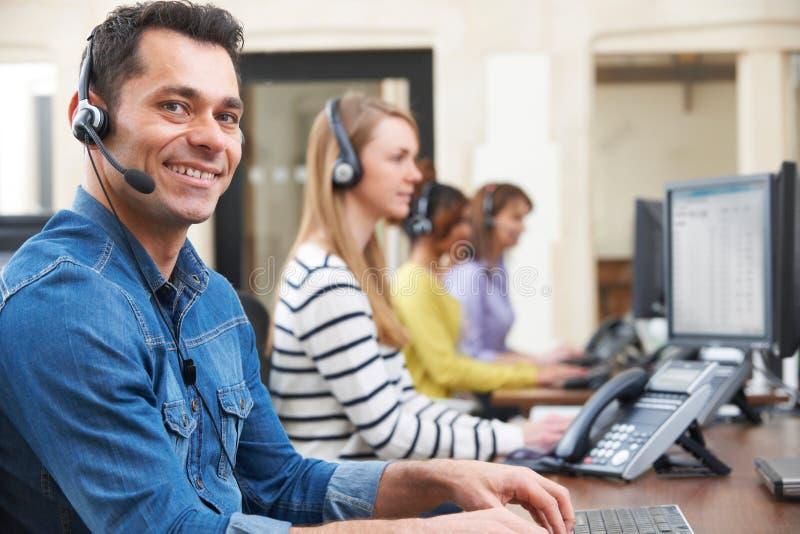 Agente maschio In Call Centre di servizio di assistenza al cliente fotografie stock