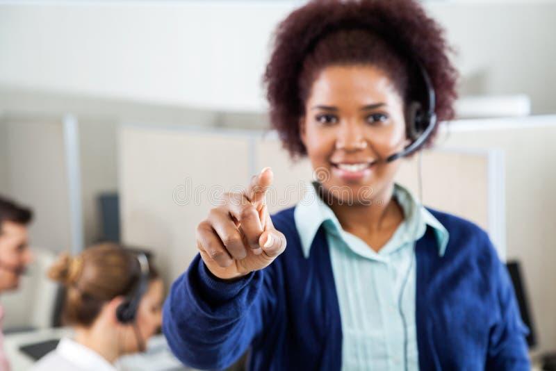 Agente Pointing At You do serviço ao cliente na chamada imagens de stock