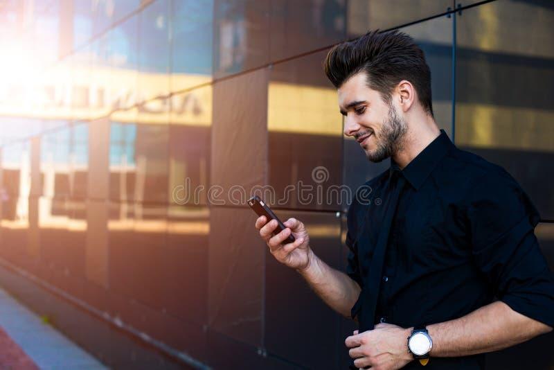 Agente que usa al mensajero en el teléfono móvil fotos de archivo