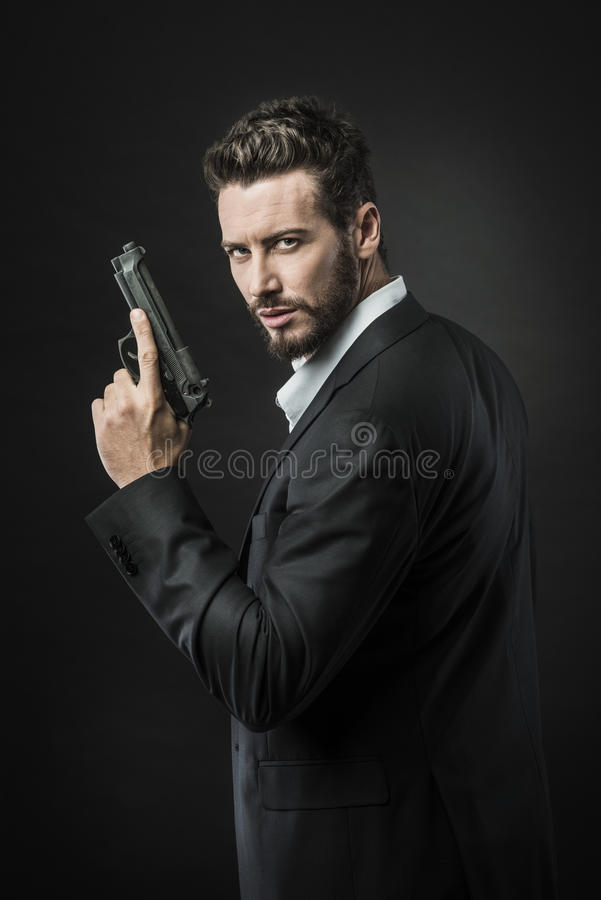 Agente secreto fresco con el arma imagen de archivo