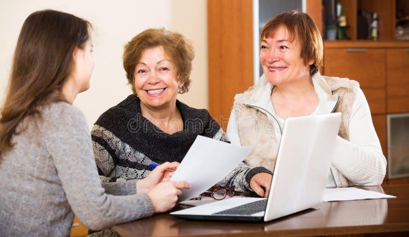Agenten raadplegende bejaarden stock afbeeldingen