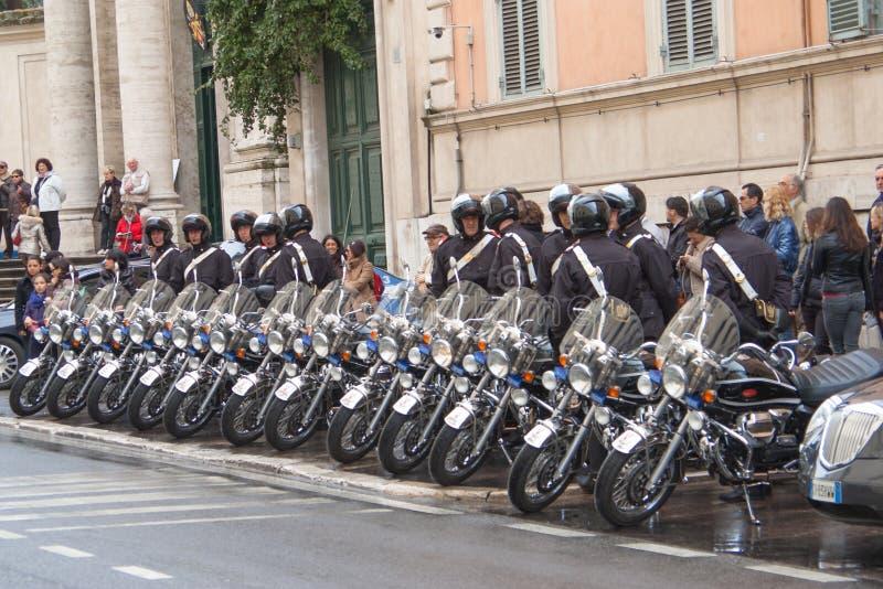 Agentes da polícia com suporte das motocicletas em cru