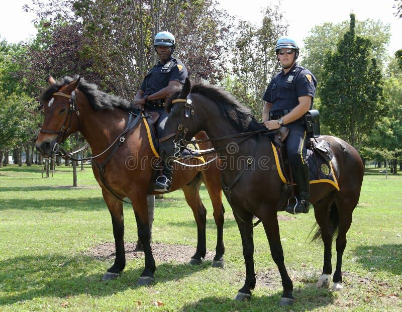 Agentes da polícia de NYPD a cavalo prontos para proteger o público em Billie Jean King National Tennis Center durante o US Open 2 imagem de stock royalty free