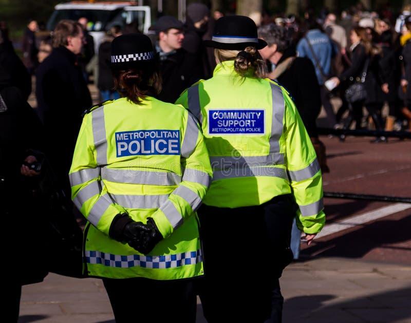 Agentes da polícia nas ruas de Londres imagens de stock