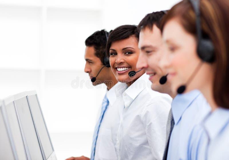 Agentes do serviço de atenção a o cliente em um centro de chamadas fotos de stock royalty free