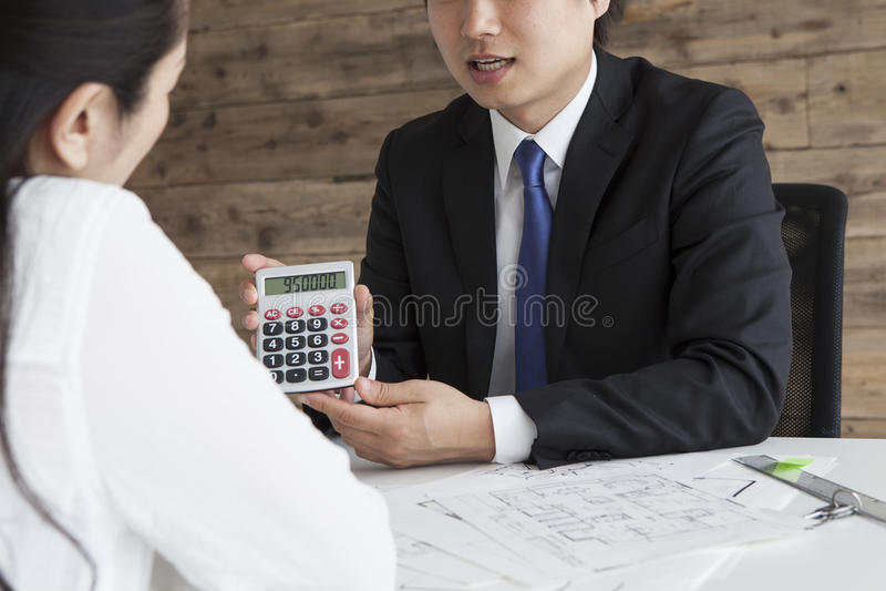 Agenti immobiliari per calcolare l'affitto fotografia stock libera da diritti