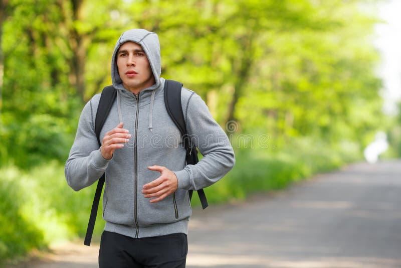 Agentmens die op weg opleidingssprint lopen Het sportieve mannetje stelt het uitwerken in werking, buiten royalty-vrije stock foto's