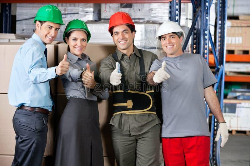 Agents de maîtrise heureux et surveillants faisant des gestes des pouces  photos libres de droits