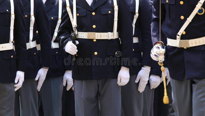 agents de police italienne avec des armes dans le défilé militaire photos stock
