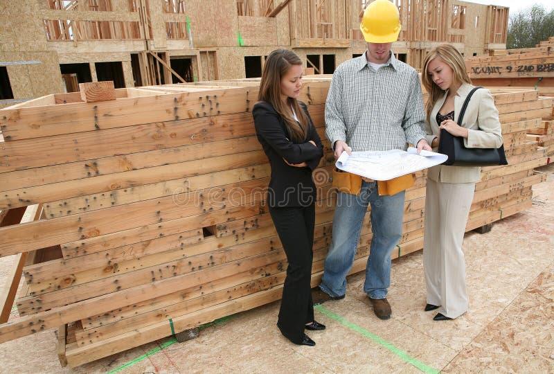 Agents et constructeur à la maison photographie stock