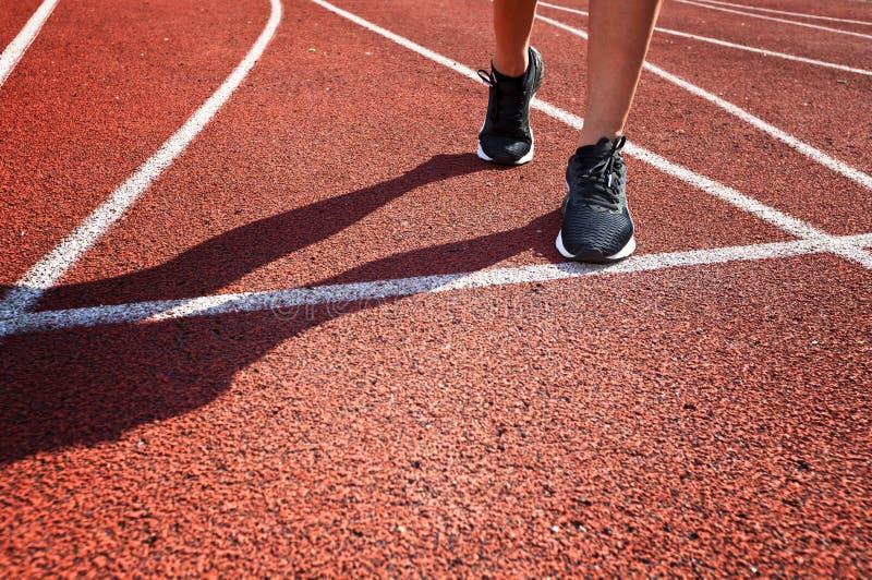 Agentvoeten die op renbaanclose-up lopen op schoen De vrouwengeschiktheid stoot het concept van trainingwelness aan stock foto