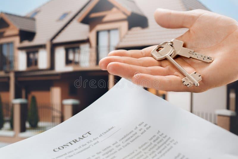 Agenzia immobiliare dell'appartamento di affitto del giovane fotografie stock libere da diritti