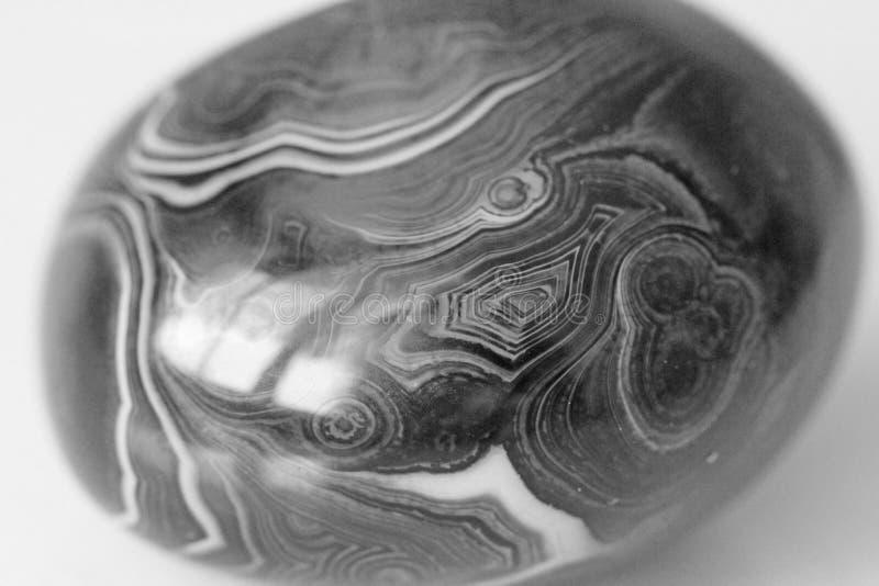 ager Естественный круглый или овальный каменный агат с striped текстурой или картиной Красивый камень агат стоковое фото