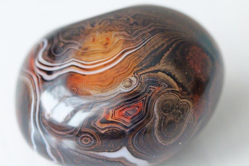 ager Естественный круглый или овальный каменный агат с striped текстурой или картиной Красивый камень агат стоковые изображения rf