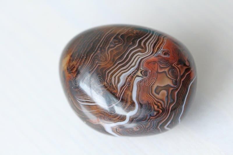 ager Естественный круглый или овальный каменный агат с striped текстурой или картиной Красивый камень агат стоковое изображение rf