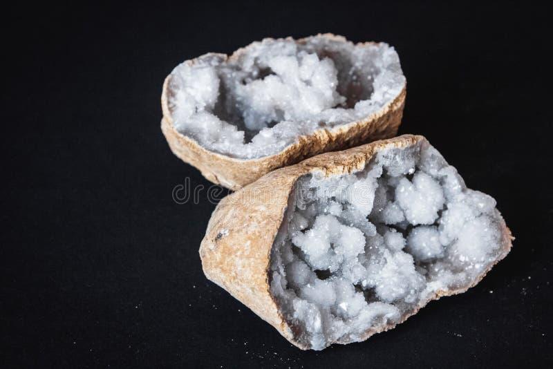 ager Поперечное сечение камня агата с geode на черной предпосылке Начало: Марокко, Sidi Rachal стоковая фотография