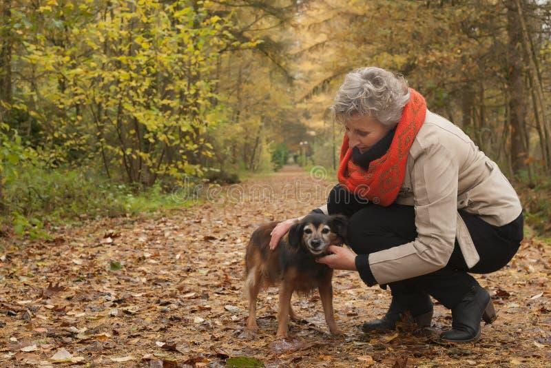Ager som tar omsorg av hennes husdjur royaltyfri bild