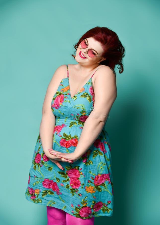 Agerar den överviktiga feta kvinnan för den trevliga plus-formatet damen i solglasögon och färgrik kläder som lite flickan som är royaltyfria bilder
