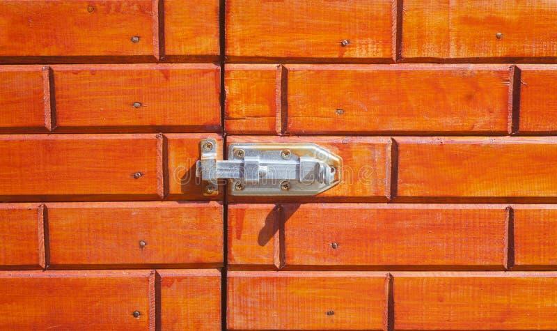 agganci la porta di legno immagine stock