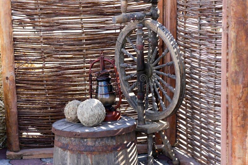 Aggeggi tradizionali, concetti d'adattamento d'annata dell'attrezzatura Barilotto di legno antico, fuso, ruota di filatura Palle  fotografia stock