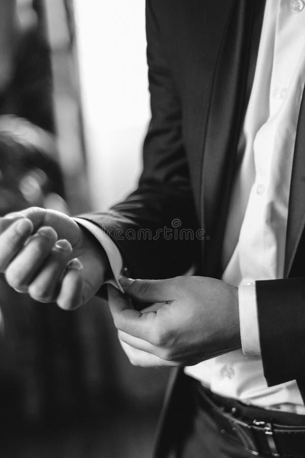 Agghindandosi sul vostro giorno delle nozze fotografia stock libera da diritti
