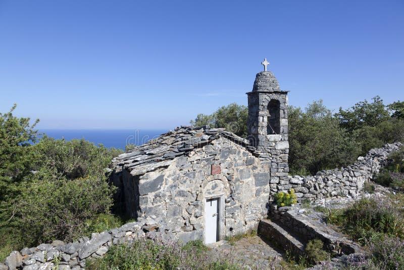 Aggi di pietra molto vecchi Nicolaos di ekklesia della chiesa su mani nella p greca immagini stock