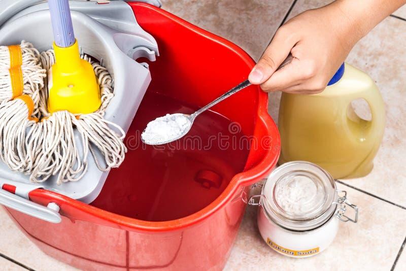 Aggiunga il bicarbonato di sodio al pulitore del pavimento per pulizia della casa immagini stock libere da diritti