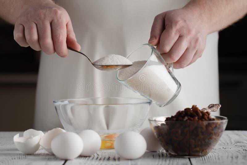 Aggiungendo zucchero alla ricotta in una ciotola Prepara il mini cheeseca fotografia stock