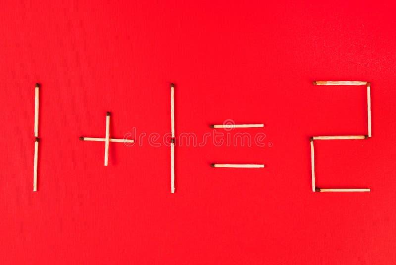 Aggiunta matematica dei numeri facendo uso delle partite su fondo rosso fotografie stock