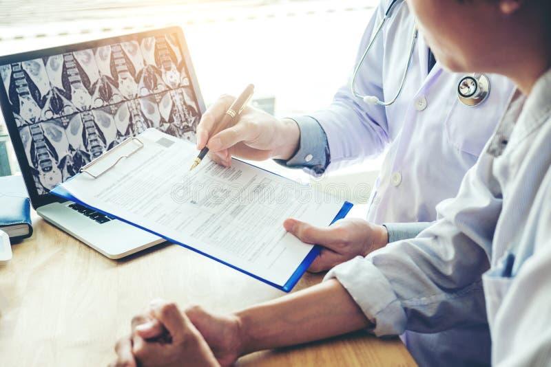 Aggiusti consultare il paziente che presenta i risultati sulla lastra radioscopica fotografia stock