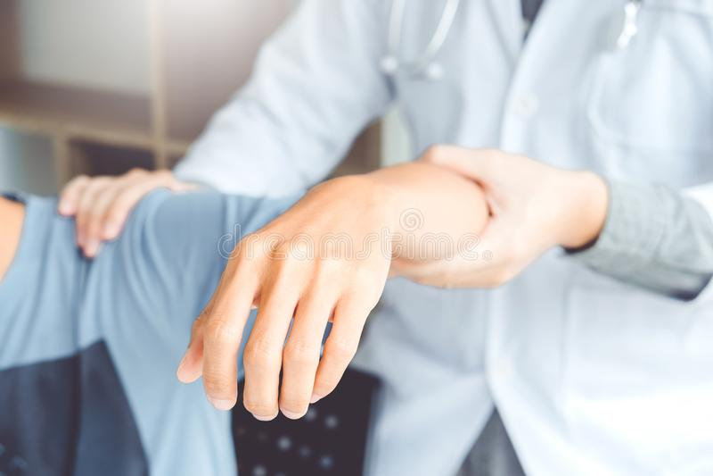 Aggiusti il consulto con la terapia fisica paziente di problemi della spalla che diagnostica il concetto fotografie stock libere da diritti