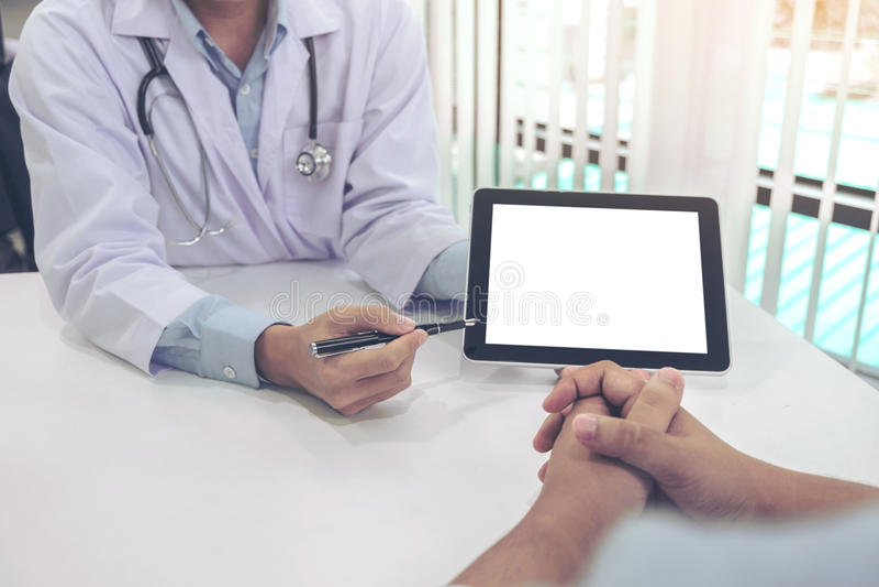 Aggiusti il paziente consultantesi e raccomandi i metodi di trattamento e come riabilitare il corpo, presentante risulta sul comp immagini stock libere da diritti