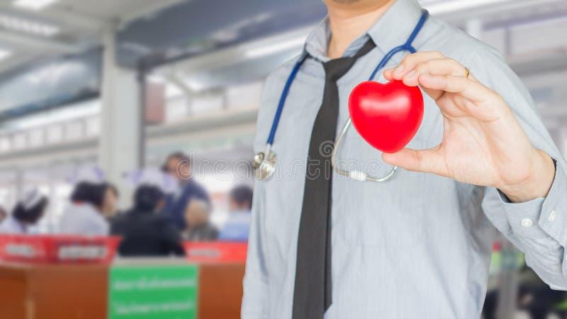 Aggiusti la tenuta del medico rosso del cuore, la sanità, malattie generali immagini stock libere da diritti