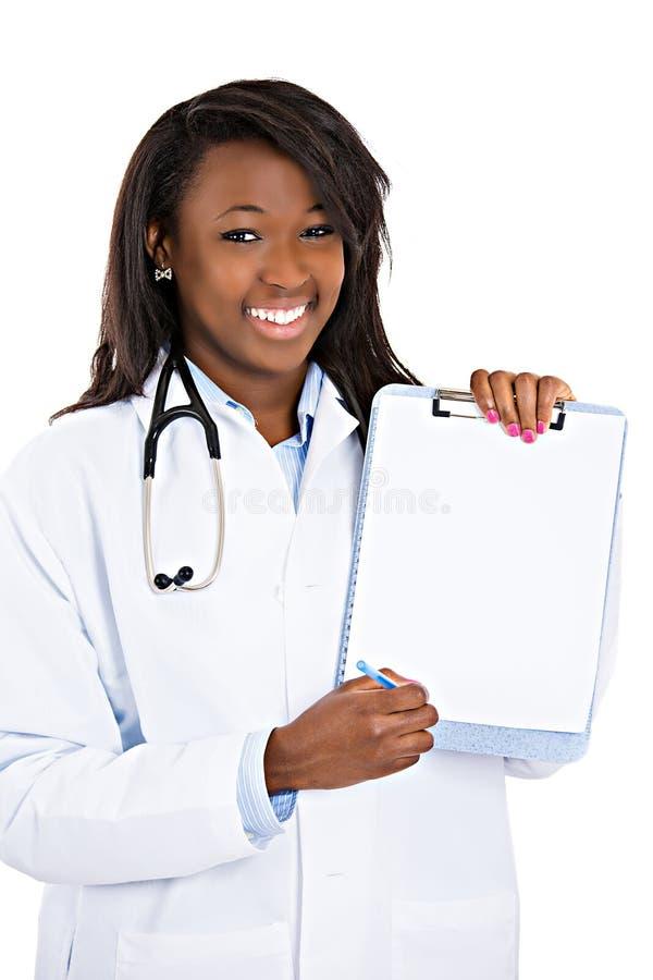 Aggiusti la tenuta della lavagna per appunti in bianco che indica con la penna, offrente al si fotografia stock libera da diritti