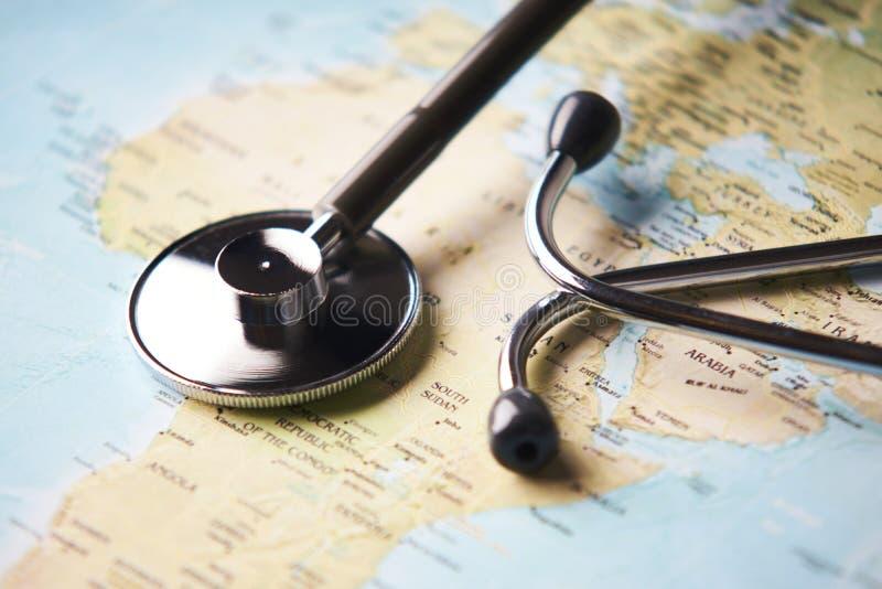 Aggiusti lo stetoscopio medico del ` s sopra il healthcheck dell'Africa immagine stock