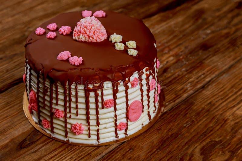 agglutini con crema e cioccolato con le rose sul bordo anziano immagini stock